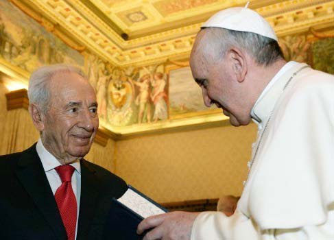 Shimon Peres promote the Pope as the head of the New One World Religion.