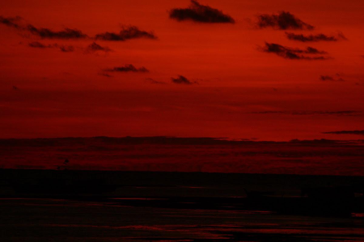 Dia, gadis penyuka langit merah.