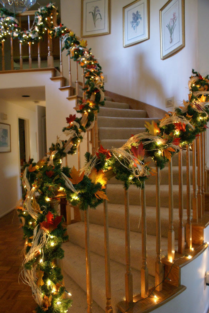 30 Beautiful Christmas Decorations That Turn Your Staircase into a ...