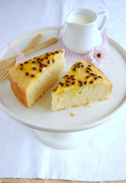 Lemon cake with passion fruit syrup / Bolo de limão siciliano com calda de maracujá