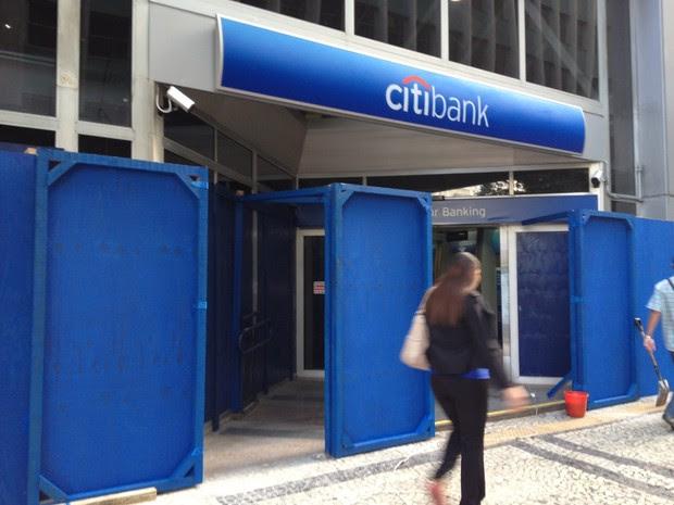 A agência do banco Citibank da Rua da Assembleia, no Centro, também instalou tapumes na manhã desta quinta-feira (20). (Foto: Marcelo Elizardo / G1)
