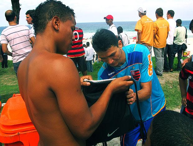 Ronaldo Angelim autografa camisa de torcedor durante treino na praia (Foto: Richard Souza / GLOBOESPORTE.COM)