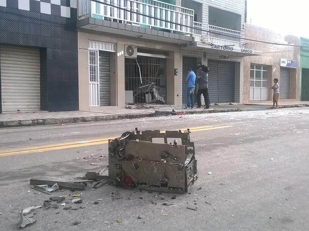 Grupo explodiu caixa eletrônico, que foi arremessado para o meio da rua em Areial, na Paraíba (Foto: Mário Aguiar/TV Paraíba)