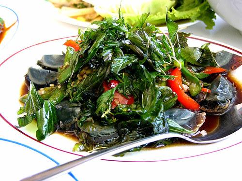 yai thai black egg pow
