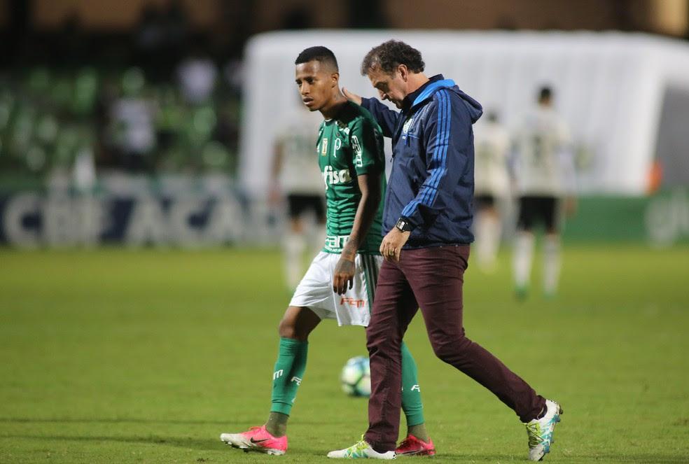 Cuca fala com Tchê Tchê no Couto Pereira. Derrota foi a terceira do Palmeiras no Brasileirão (Foto: Giuliano Gomes/PR Press)