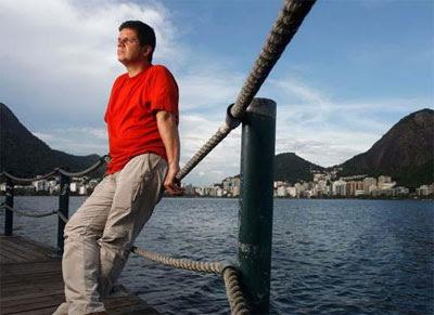 """À beira da Lagoa onde vive confortavelmente, Pimentel, algoz dos colegas, parece estar pensando: """"Ah se soubessem do meu passado"""""""