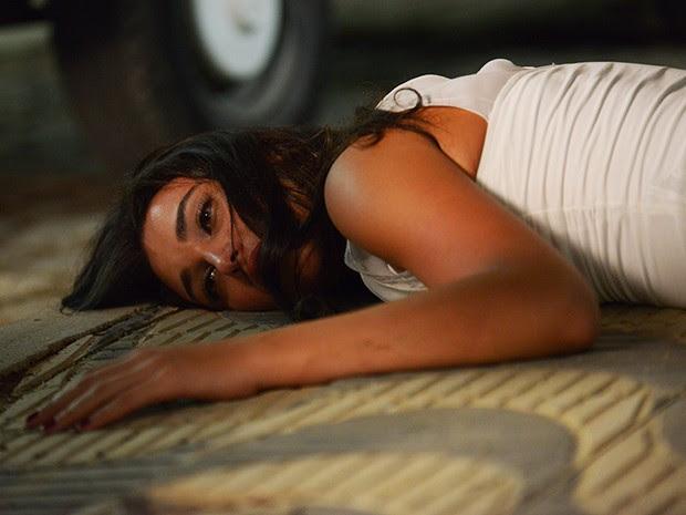 Sueli fica inconsciente no chão (Foto: Camila Serejo/Gshow)