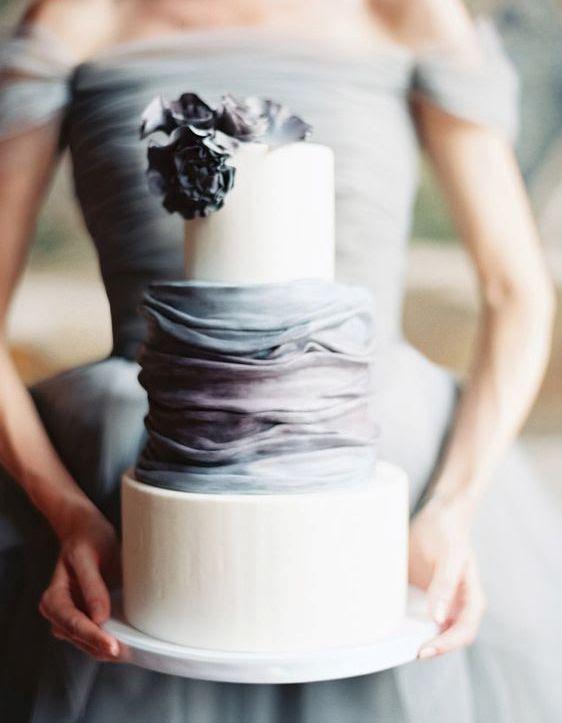 eine schicke moderne Kuchen mit zwei Creme Schichten und Grau und Lavendel Rüschen und one