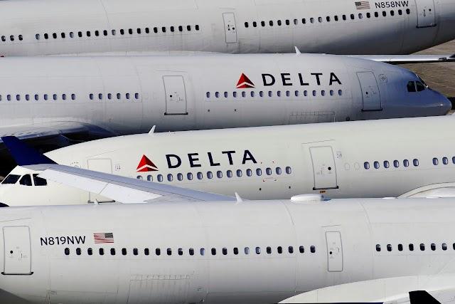 Delta ofrece a los empleados de compras, la jubilación como coronavirus duele la demanda de viajes, mientras que el United prepara planes similares