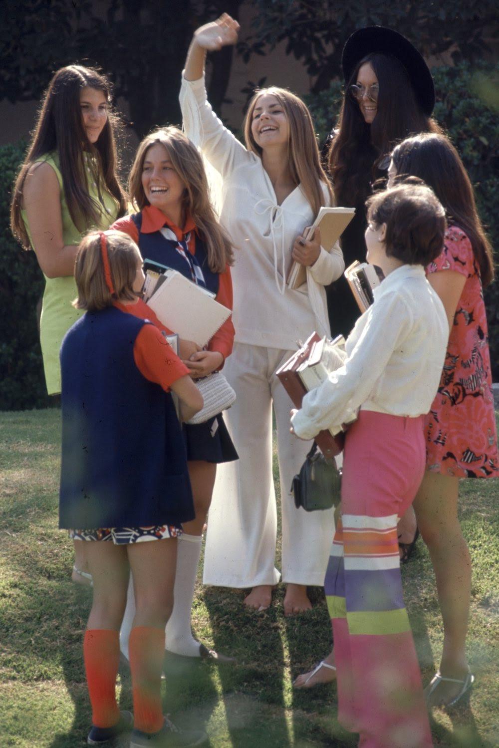 Estas colegiais dos anos 60 se vestiam bem, inclusive para hoje em dia 04