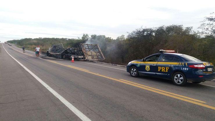 Caminhão destruído na BR-116 e viatura da PRF