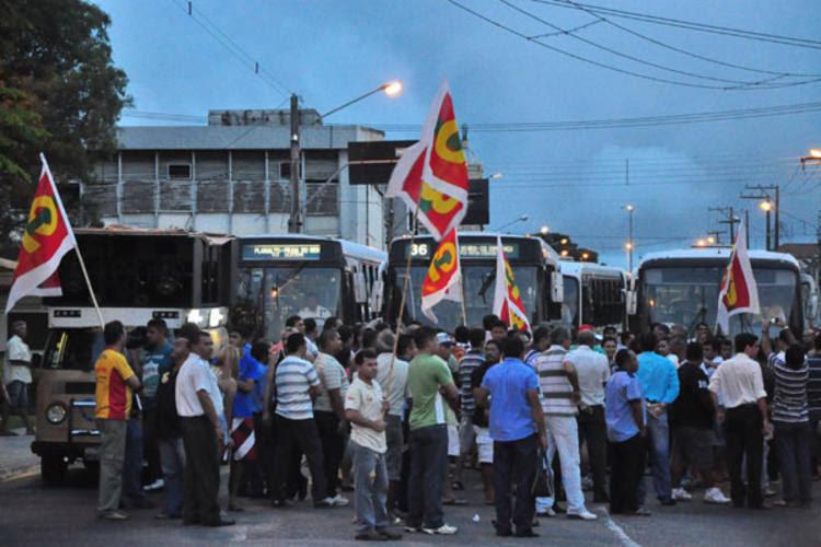 Rodoviários decidiram pela paralisação e fizeram manifesto no viaduto do Baldo