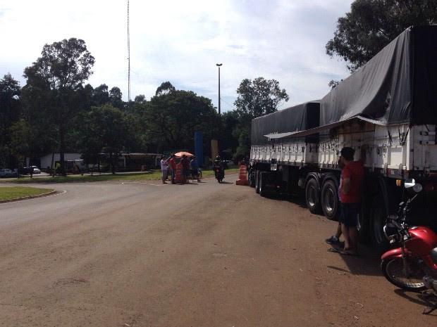 Em Francisco Beltrão, caminhoneiros estão concentrados em frente ao posto da PRE, na PR-483. (Foto: Michelli Arenza / RPC)