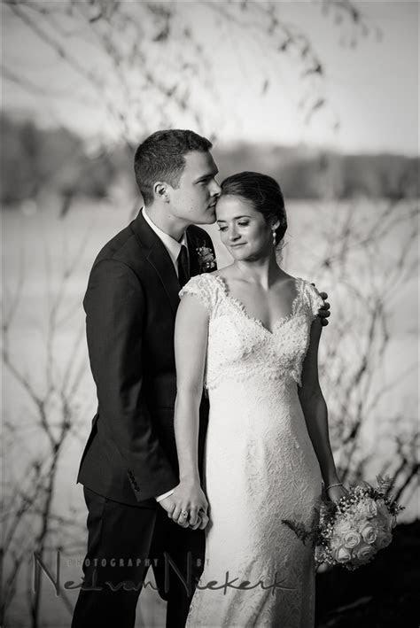 Wedding photography posing tips   For variety, make slight