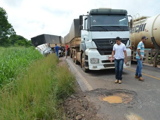 Buracos na pista teriam contribuído para acidente (Foto: Eliete Marques/G1)