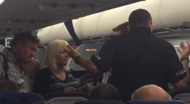 Avião aterra de emergência para retirar família de autista