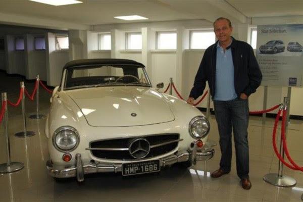 Oswaldo e um dos carros de sua coleção