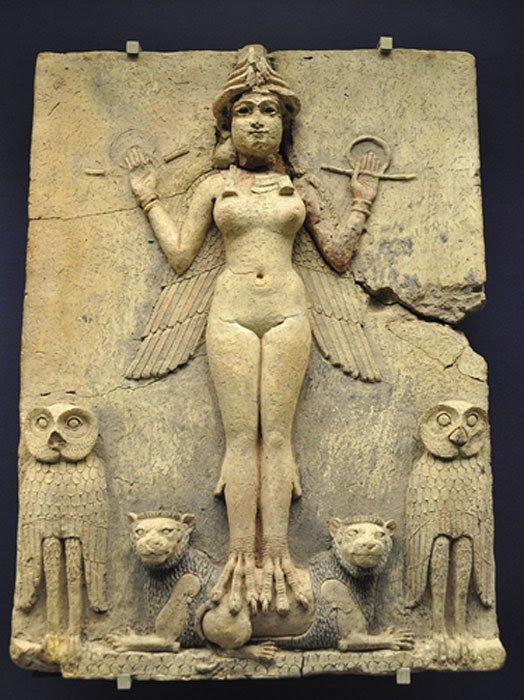 Relieve Burney, Babilonia (1800 a. C. – 1750 a. C.). Algunos expertos, como por ejemplo Emil Kraeling, han identificado a la figura femenina del relieve como Lilith, basándose en una interpretación errónea de una traducción obsoleta del Poema de Gilgamesh. (CC BY-SA 3.0)