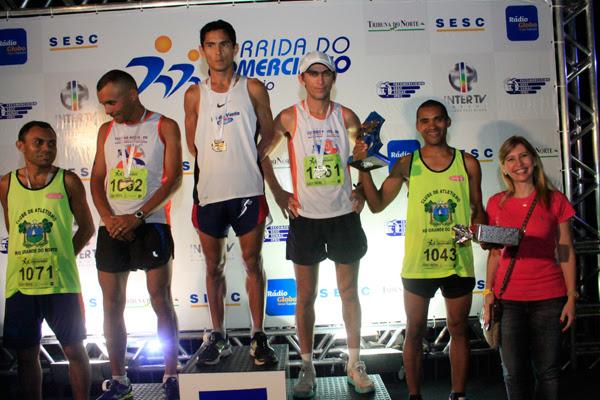 Gerente de markenting da TRIBUNA DO NORTE, Andrea Barandas, premia vencedores da corrida