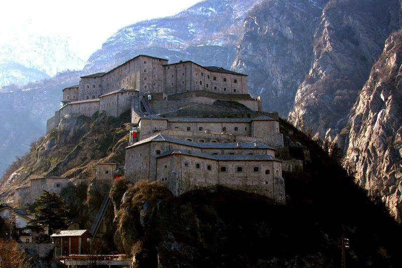 Forte de Bard, Teatro Romano, Aosta, Castelo de Savoia, chateaux Issogne, chateaux de verrès, castelo de Ussel, chateau Fénis, chateau Sarre
