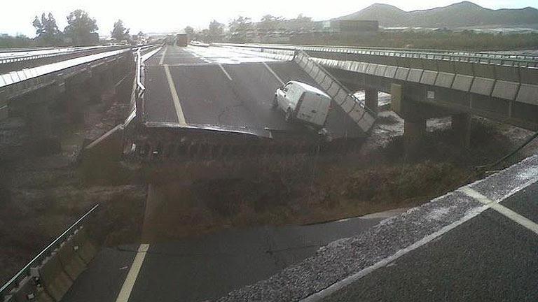 La lluvia hunde el puente de la autovía que comunica Lorca con Puerto Lumbreras
