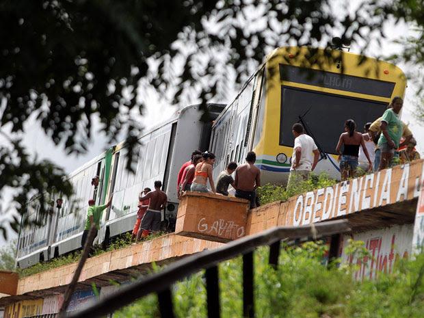 Metrô sai dos trilhos em ponte e passageiros são retirados em Teresina (Foto: Thiago Amaral/Piauiimages/Folhapress)