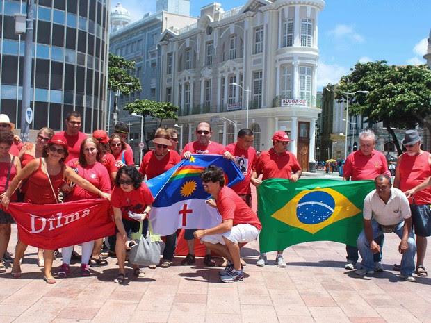 A manifestação pró-Dilma e PT ocorre no Marco Zero do Recife. Cerca de 50 pessoas estão no local (Foto: G1 PE)