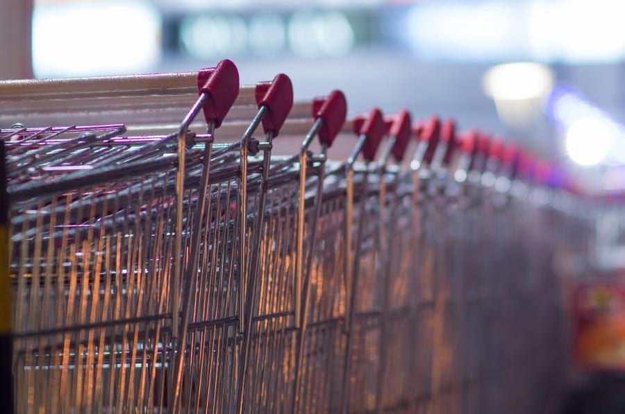 Wózki przy supermarkecie