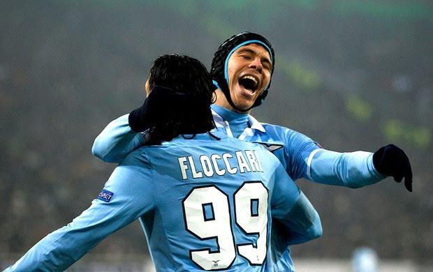 Hernane e Sergio Floccari comemoram gol no jogo do Lazio contra o Moenchengladbach (Foto: Reuters)