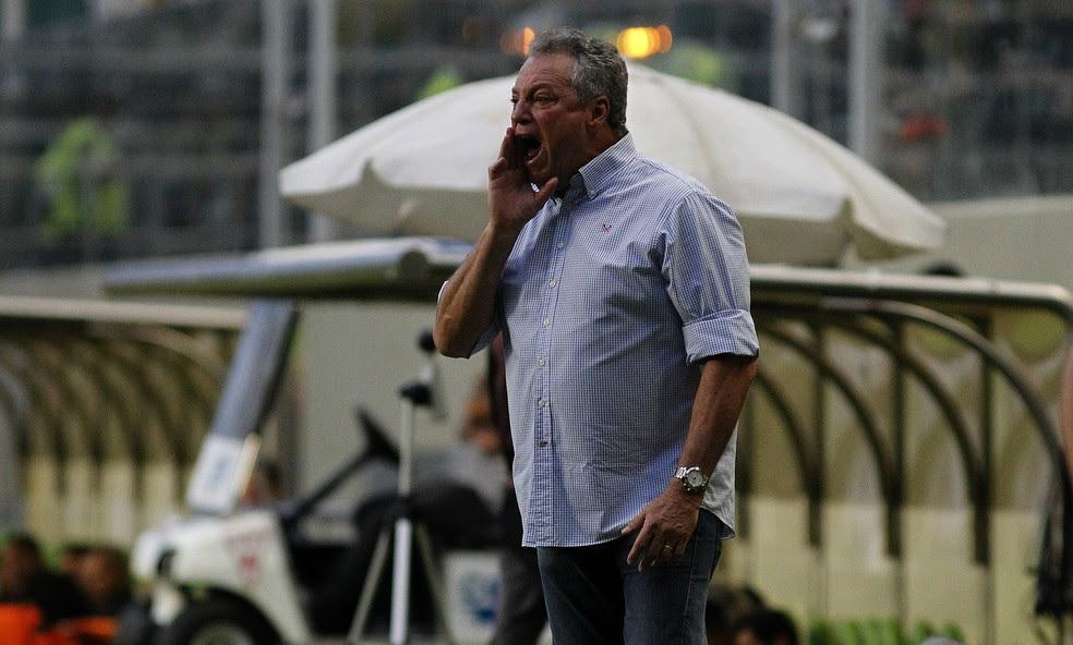 Abel Braga orienta jogadores do Flu na vitória sobre o Atlético-MG (Foto: Nelson Perez/Fluminense FC)