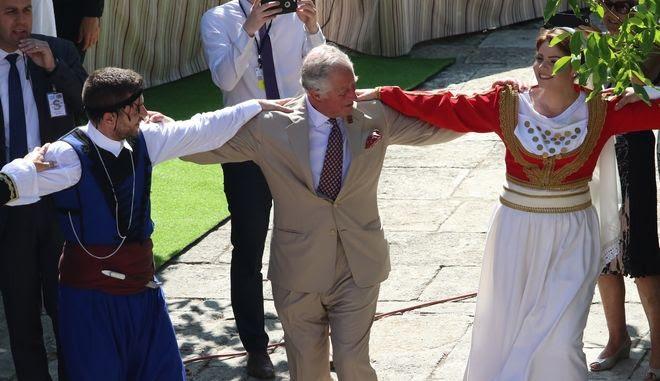 Ο Κάρολος χορεύει σε παραδοσιακό γλέντι στις Αρχάνες