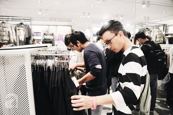 Tới trưa lượng khách vẫn đổ về H&M, quầy thanh toán xếp hàng dài - Ảnh 20.