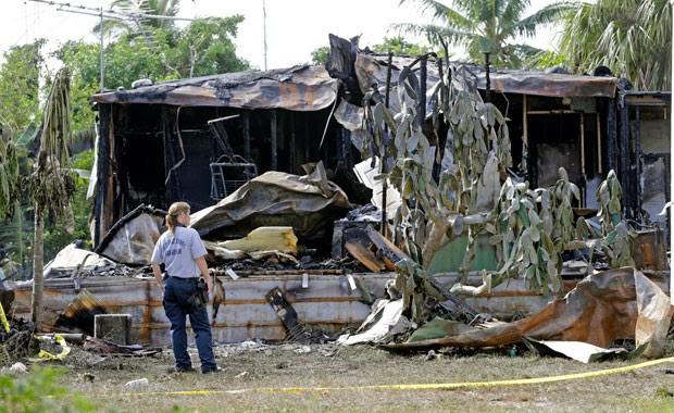 Duas pessoas morreram na queda de um pequeno avião em um estacionamento de trailers no estado americano da Flórida (Foto: Alan Diaz/AP)
