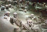 Gli scheletri di Ercolano, intatti dopo l'eruzione del 79 d. C.