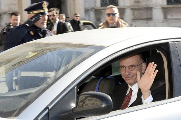 Enrico Letta chega ao palácio do governo italiano para entregar sua renúncia como primeiro-ministro nesta sexta-feira (14) (Foto: Andreas Solaro/AFP)