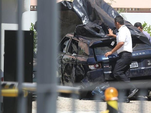 Pessoas cobre o carro da atriz Isis Valverde, de 26 anos, que envolveu-se em um acidente na madrugada desta sexta- feira (31) e foi internada no hospital Barra D'Or, na Barra da Tijuca, no Rio de Janeiro. (Foto: Xande Nolasco/Estadão Conteúdo)