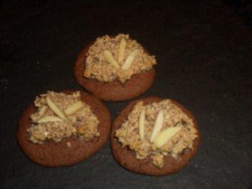 Gebäck  : Schokoladenplätzchen mit Nusshaube