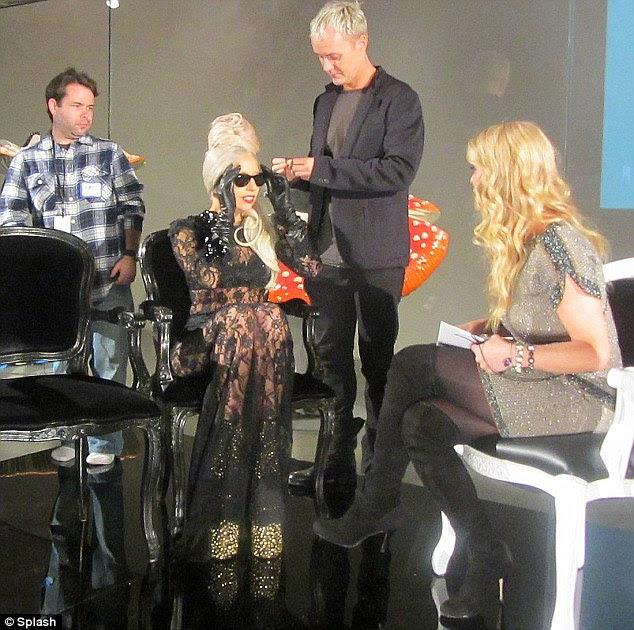 Sentando-se consideravelmente: Lady Gaga no interior do museu da loja New tendo seu cabelo tende a