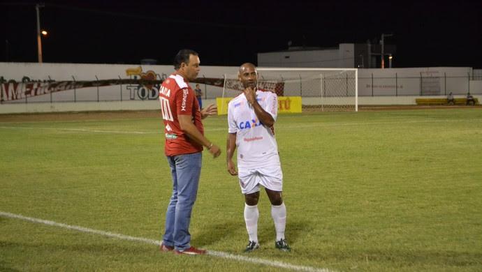 Roberto Fernandes e Cascata - Santa Cruz-RN x América-RN - Estádio Iberezão (Foto: Jocaff Souza/GloboEsporte.com)