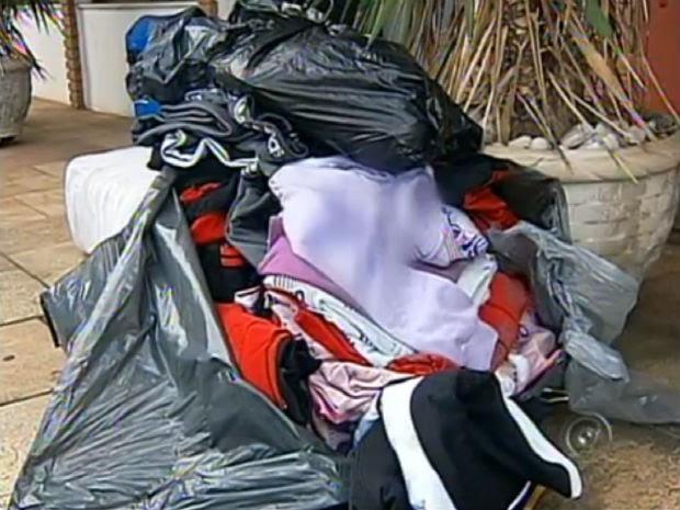 Estrangeiros são detidos com roupas sem nota fiscal em Alumínio, SP (Foto: Reprodução/TV TEM)