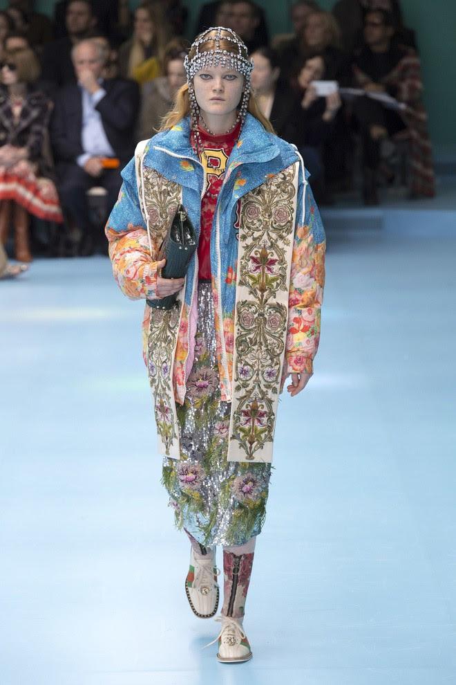 Show mới của Gucci dị quên lối về: Người mẫu ôm... thủ cấp để catwalk, kẻ lại vác nguyên con rồng - Ảnh 39.