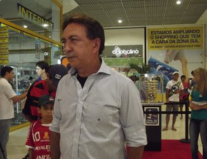 Presidente do ABC, Rubens Guilherme Dantas, também foi dar uma olhada na taça da Copa do Nordeste (Foto: Tiago Menezes/GLOBOESPORTE.COM)