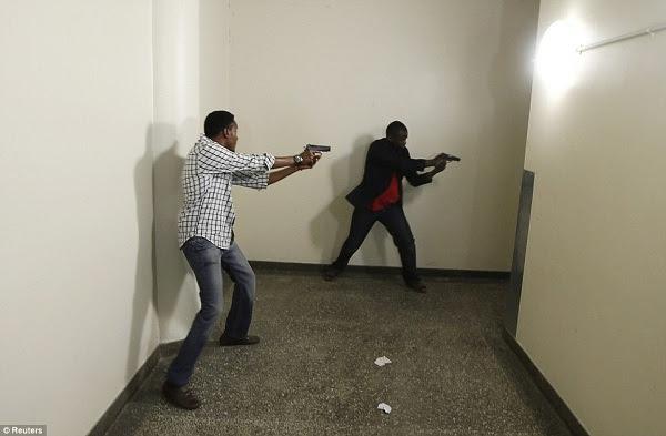 Polisi wakipambana na Al-shabab