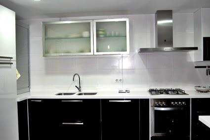 Cocinas hermosas muebles de cocina decoracion for Cocina con electrodomesticos de color negro