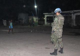 Militar patrulha Cité Soleil à noite (Foto: Tahiane Stochero/G1)