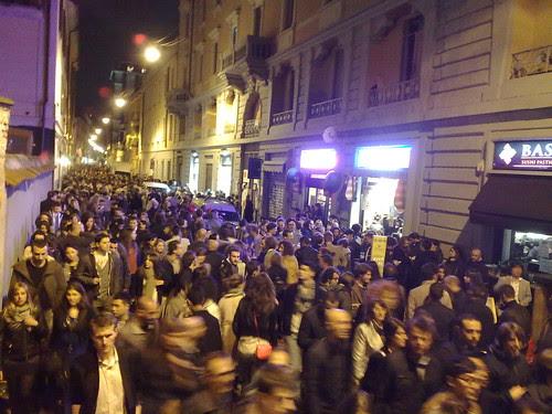 La folla di via Tortona di notte by durishti