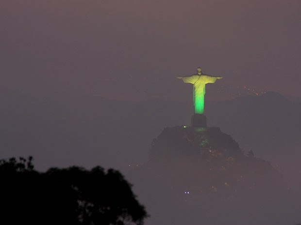 Cristo Redentor ganha iluminação especial na Copa das Confederações