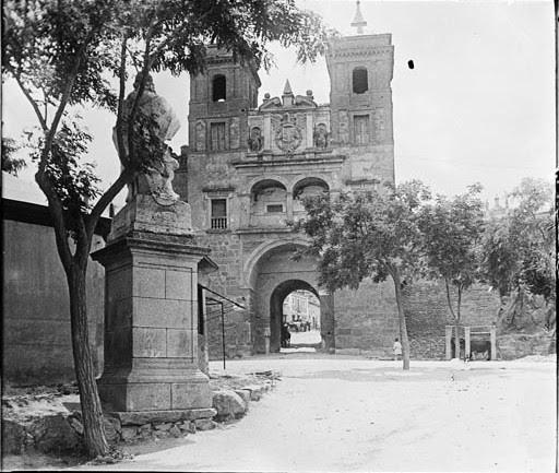 Puerta del Cambrón en junio de 1927. Fotografía de Albert Oliveras i Folch. © Arxiu Fotogràfic de Catalunya. Centre Excursionista de Catalunya