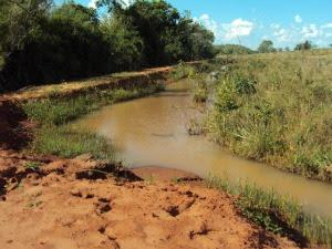 Curso de água represado era usado como bebedouro para o gado, diz polícia (Foto: Divulgação/PMA)