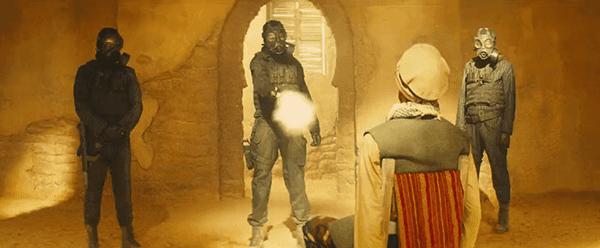 Dentro do palácio, três Kingsman executar um cara árabe.  Por quê?  Isso não é importante, ele é árabe.